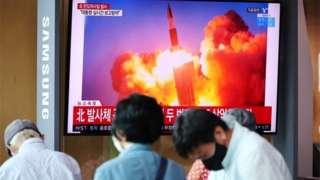 उत्तर कोरियाले क्षेप्यास्त्र परीक्षण गरेको विषयमा टेलिभिजनमा प्रसारित समाचार हेर्दै सोलवासीहरू
