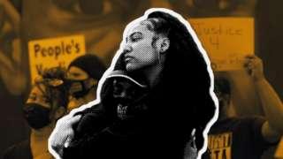 DOs mujeres abrazándose en una protesta