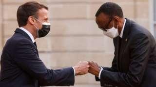 Prezida w'Ubufaransa Emmanuel Macron, i bubamfu, ariko araha ikaze Prezida Paul Kagame w'Urwanda ku kirimba ca Elysee ku musi wa mbere.