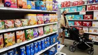 Производи који помажу бебама када им расту зуби изложени у продавници Таргет у Холивуду