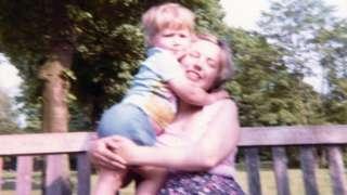 Iain Cunningham con su madre cuando tenía dos años y medio.