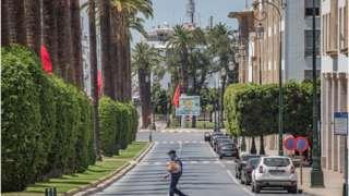 Un homme marchant seul dans une rue au Maroc.