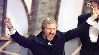 James Cameron akishangilia ushindi wa tuzo ya picha bora kutoka filamu ya Titanic