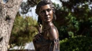 A estátua de Emanuele Stifano dedicada à Spigolatrice em Sapri
