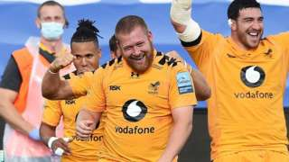 Wasps celebrate victory at The Rec