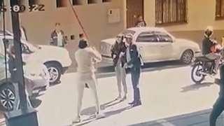 Imagen de un video divulgado por el Inpec muestra a la supuesta excongresista Aída Merlano alcanzando el nivel de la calle con la ayuda de una cuerda roja mientras un motociclista la espera.