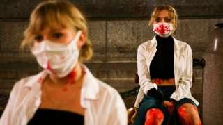 Жіночий перформанс в Польщі проти рішення суду про заборону абортів. Краків, 1 листопада, 2020