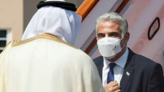 Israeli Foreign Minister Yair Lapid (L) is greeted at Manama's airport by Bahraini Foreign Minister Abdul Latif Al-Zayani (30 September 2021)