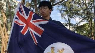 """锺翰林高举""""港独""""旗。"""