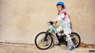 Un enfant sur son vélo.
