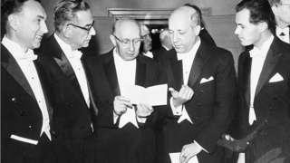 Иво Андрић са другим нобеловцима у Стокхолму 26. октобра 1961.