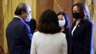 Phó Tổng thống Hoa Kỳ Kamala Harris gặp Chủ tịch Việt Nam Nguyễn Xuân Phúc
