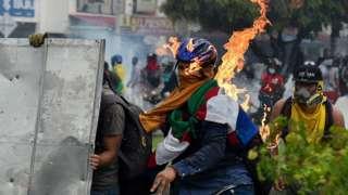 Un manifestante es impactado por un cocktail molotov durante las protestas en Cali, Colombia, el 3 de mayo.