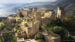 Depois que Esparta foi saqueada, a Tsakonika sobreviveu apenas em algumas aldeias isoladas nas montanhas a leste
