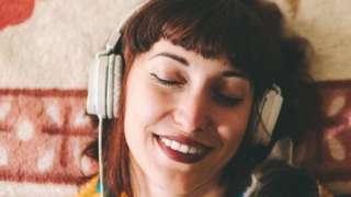 डोळे मिटून गाणं ऐकणारी मुलगी