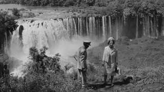 إليزابيث الثانية ملكة بريطانيا الحالية برفقة امبراطور إثيوبيا الراحل هايلي سيلاسي عن منبع النيل الأزرق خلال زيارة للملكة إلى إثيوبيا في شهر فبراير/شباط عام 1965.