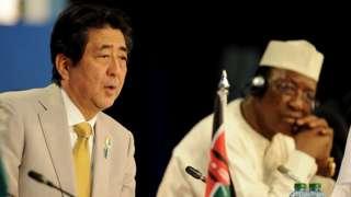 Le Premier ministre japonais, Shinzo Abe (à gauche) et le Président du Tchad, Idriss Deby (à droite), à la sixième Conférence internationale de Tokyo sur le développement africain (TICAD).