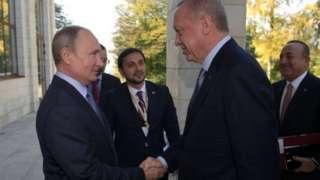 Ni ibiganiro byabaye hagati ya Perezida Vladimir Putin (ibumoso) w'Uburusiya na Recep Tayyip Erdogan (iburyo) wa Turukiya