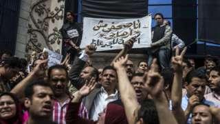 صحفيّون يتظاهرون أمام مقر نقابة الصحفيين في العاصمة المصرية في الرابع من مايو آيار عام 2016 للمطالبة بإقالة وزير الداخلية بعد مداهمة وإعتقال مراسلَين صحفيين