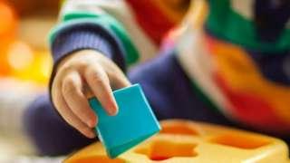 Dete se igra sa kockicama