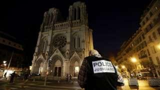 참수 테러가 발생한 프랑스 니스의 노트르담 대성당 앞에 경찰들이 서있다