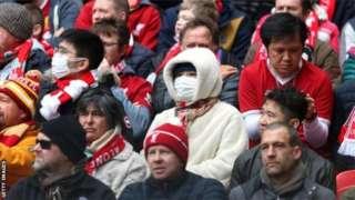 Certains fans ont été vus portant des masques de protection lors de rencontres de la Premier League