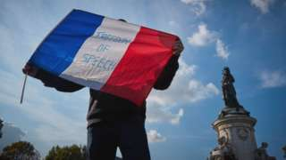 示威者举国旗