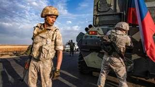 Yaklaşık 300 Rus askeri polisi devriye görevi için Suriye-Türkiye sınırında.