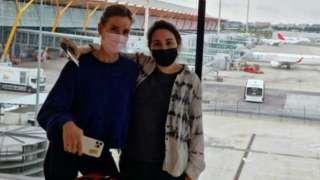 صورة تبدو في مطار مدريد وعلى اليمين الشيخة لطيفة فيما يظهر.