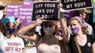 Женщины протестуют