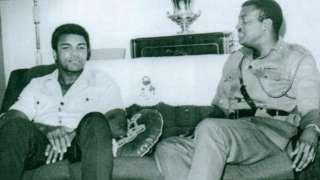 Aworan Omobolaji Johnson ati Muhammad Ali