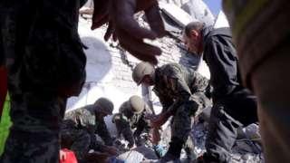 Војска помаже у извлачењу повређених из рушевина