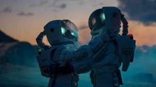 Astronautas se abrazan