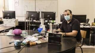 Истраживач Далибор Николић са прототипом 3Д респиратора