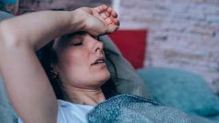 مريضة على سرير