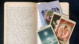 Le journal de notes de Caroline Goldstein lors d'une lecture d'astrologie avec l'astrologue et lecteur de tarot Jeff Hinshaw