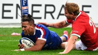 France's wing Teddy Thomas (L) scores a try