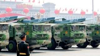 Na slici su prikazane DF-17 balističke rakete srednjeg dometa sa DF-ZF hipersoničnim kliznim vozilom na vojnoj paradi povodom 70. godišnjice Narodne Republike Kine.
