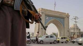 Kandahar'da bir kontrol noktasında silahıyla nöbet tutan bir Taliban üyesi - 17 August 2021