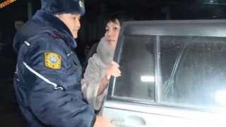 Судьянын ичимдик ичип алып машина айдап жүргөнүн жергиликтүү журналисттер видеого тартып чыгарышкан