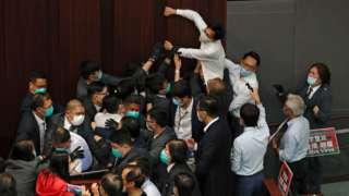 多名立法会议员和保安在冲突期间受伤。