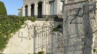 Graffiti hiliol a'r swastika gafodd ei baentio ar waliau'r Cyngor Llyfrau yn ddiweddar