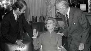 Biden (solda) 1975'te İngiltere Başbakanı Margaret Thatcher ile bir öğle yemeğinde