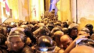 Полицијски кордон испред парламента током протеста због посете руске делегације