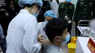 Một tình nguyện viên quân đội tiêm thử vaccine Nanocovax của Nanogen sản xuất vào tháng 12/2020