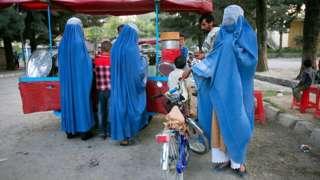Afganistan'da özellikle kırsal kesimdeki Paştun aşiretlerde çok kadınla evlilik hala yaygın
