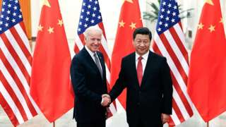 Umukuru w'Ubushinwa Xi Jinping (i buryo) ahanye ukuboko n'icegera c'umukuru wa Amerika Joe Biden (i bubamfu) muri Great Hall of the People ku wa 4/12/2013 i Beijing, China