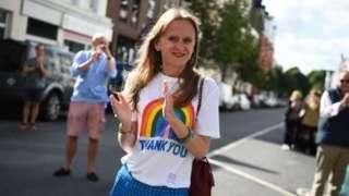 走出防疫隔离的民众在街头鼓掌致谢。
