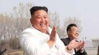 据朝中社图片,朝鲜最高领导人金正恩2020年4月12日视察了朝鲜西部地区航空与防空师所属歼袭机团。