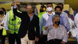 El presidente Lenín Moreno (centro) y el ministro de Salud, Juan Carlos Zevallos, reciben las primeras dosis de la vacuna Pfizer/BioNTech a su llegada al aeropuerto de Quito, el 21 de enero pasado.